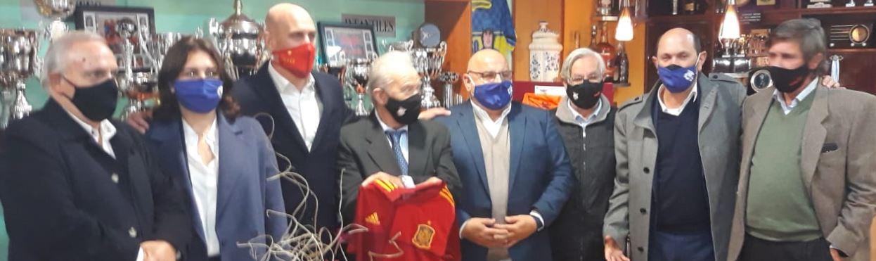 Luis Rubiales y Rafael Louzan visitan la sede del Viaxes Amarelle FSF en Santa Comba